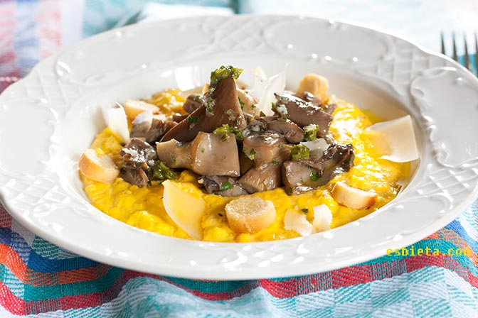 Huevos revueltos con setas y parmesano