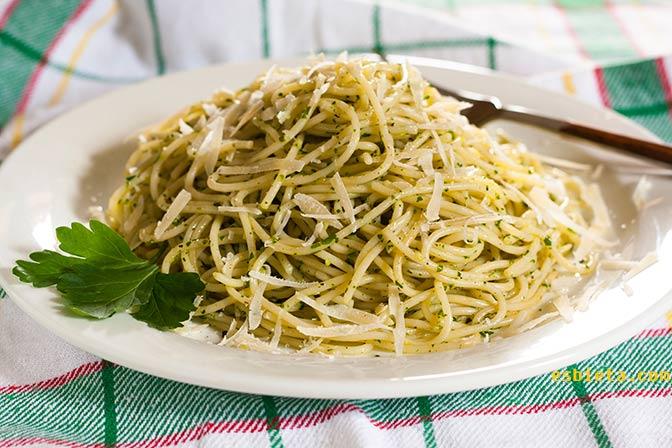 Espaguetis con salsa de perejil y ajo