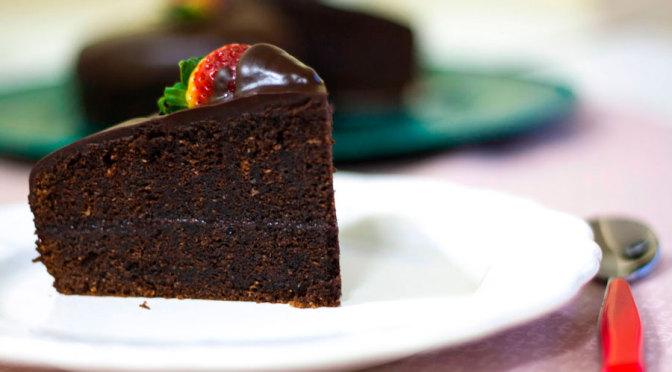 pastel de chocolate y fresas