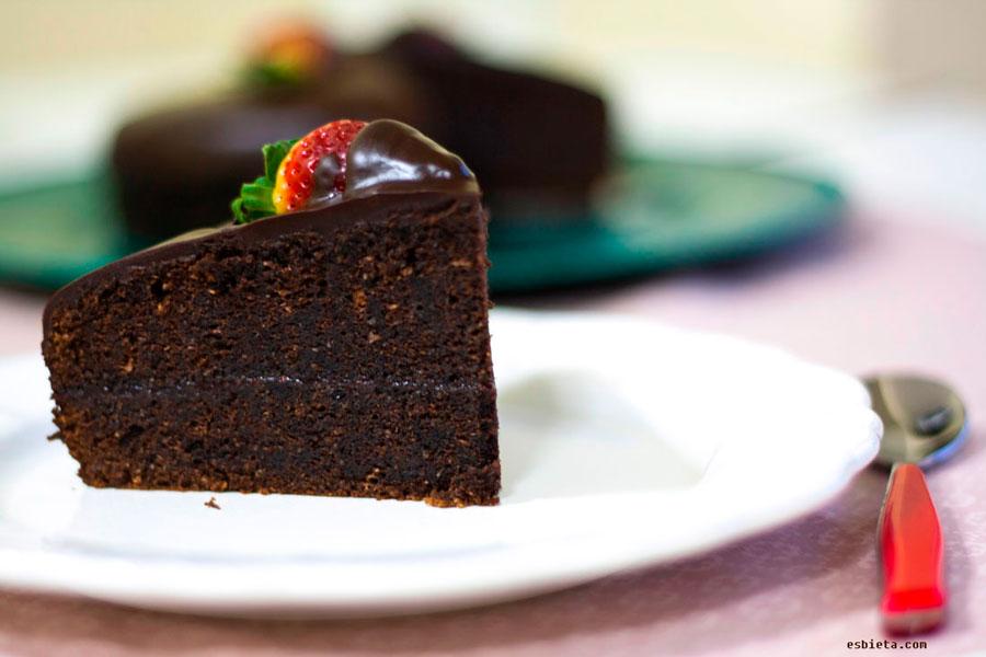 Pastel de chocolate con almendra y fresas