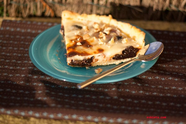 tarta de ciruelas pasas, nueces y yogur griego
