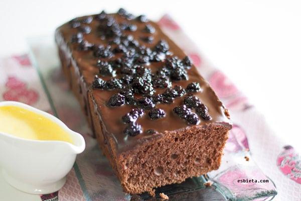 bizcocho de chocolate esponjoso con crema inglesa