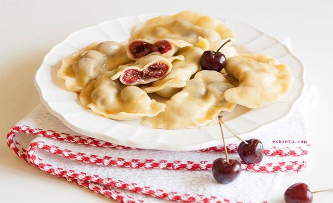 Pasta rellena con cerezas