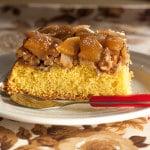 pastel de manzana, miel y nueces