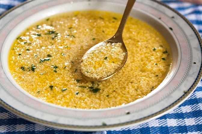 Sopa de huevo y parmesano (stracciatella alla romana)