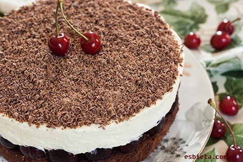 tarta de chocolate, cerezas y mascarpone.