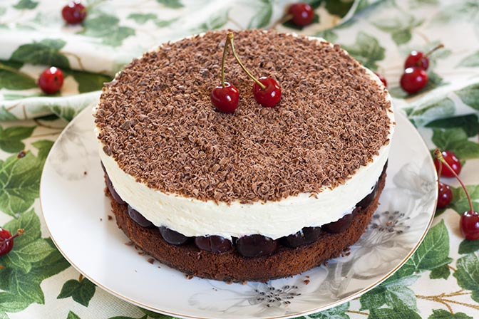 Tarta de chocolate y mascarpone con cerezas