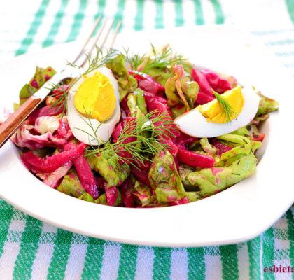 ensalada de remolacha, huevo duro y cacahuetes