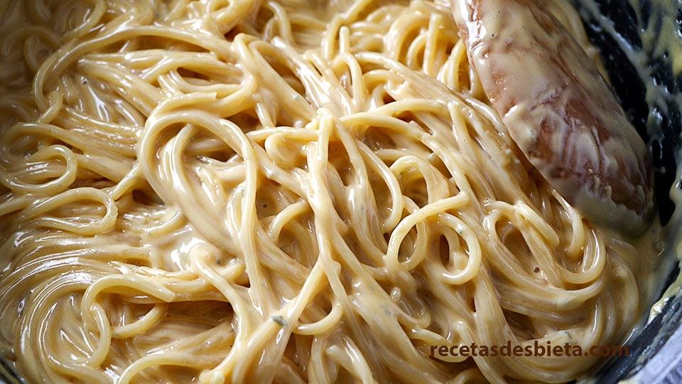 espaguetis en salsa de queso