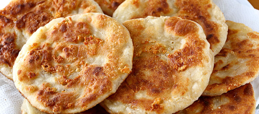 Tortillas de trigo y queso que vuelan de la mesa
